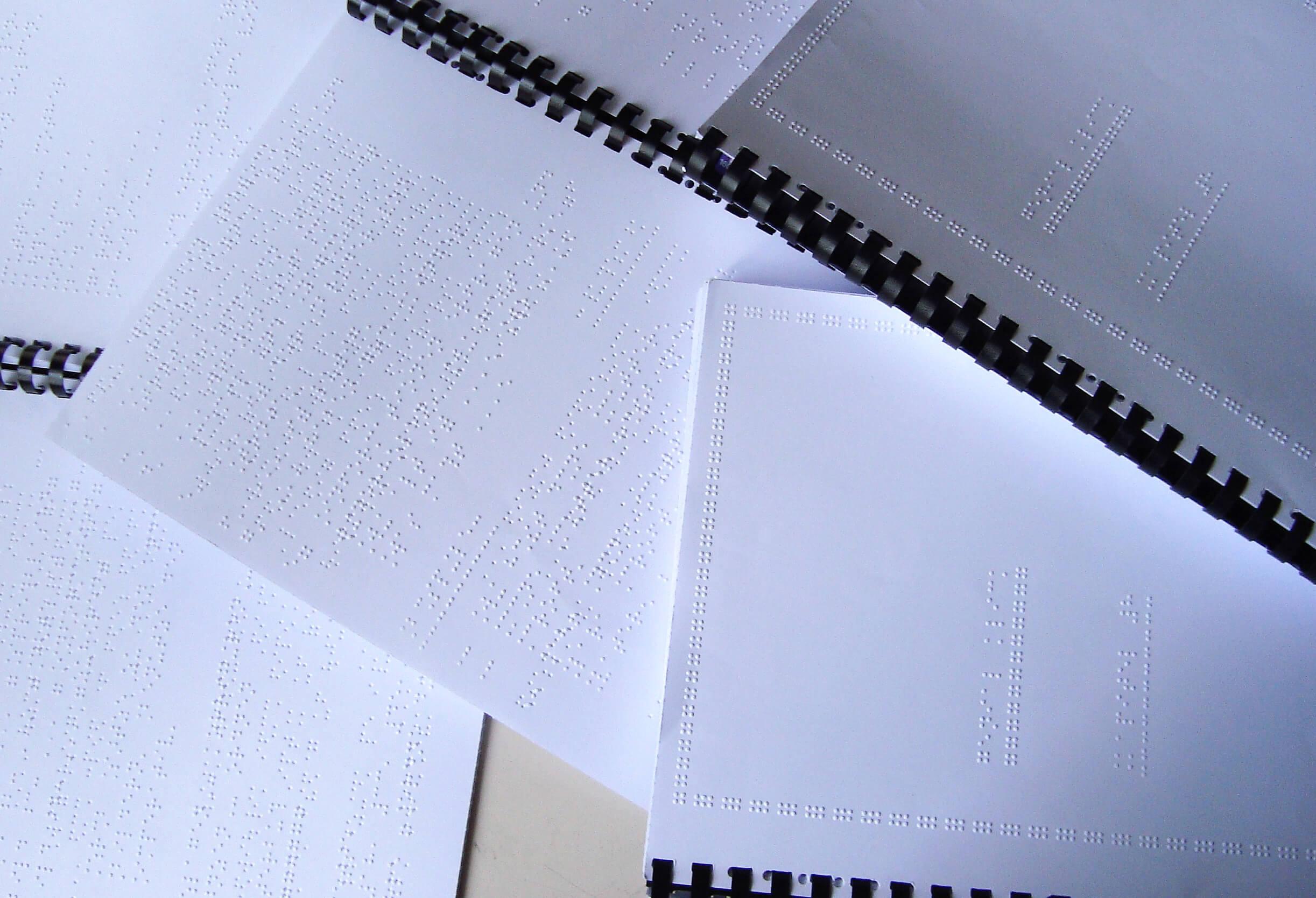 Hefte mit Texten in Brailleschrift