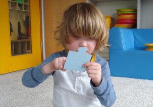 kleines Kind macht ein Puzzle