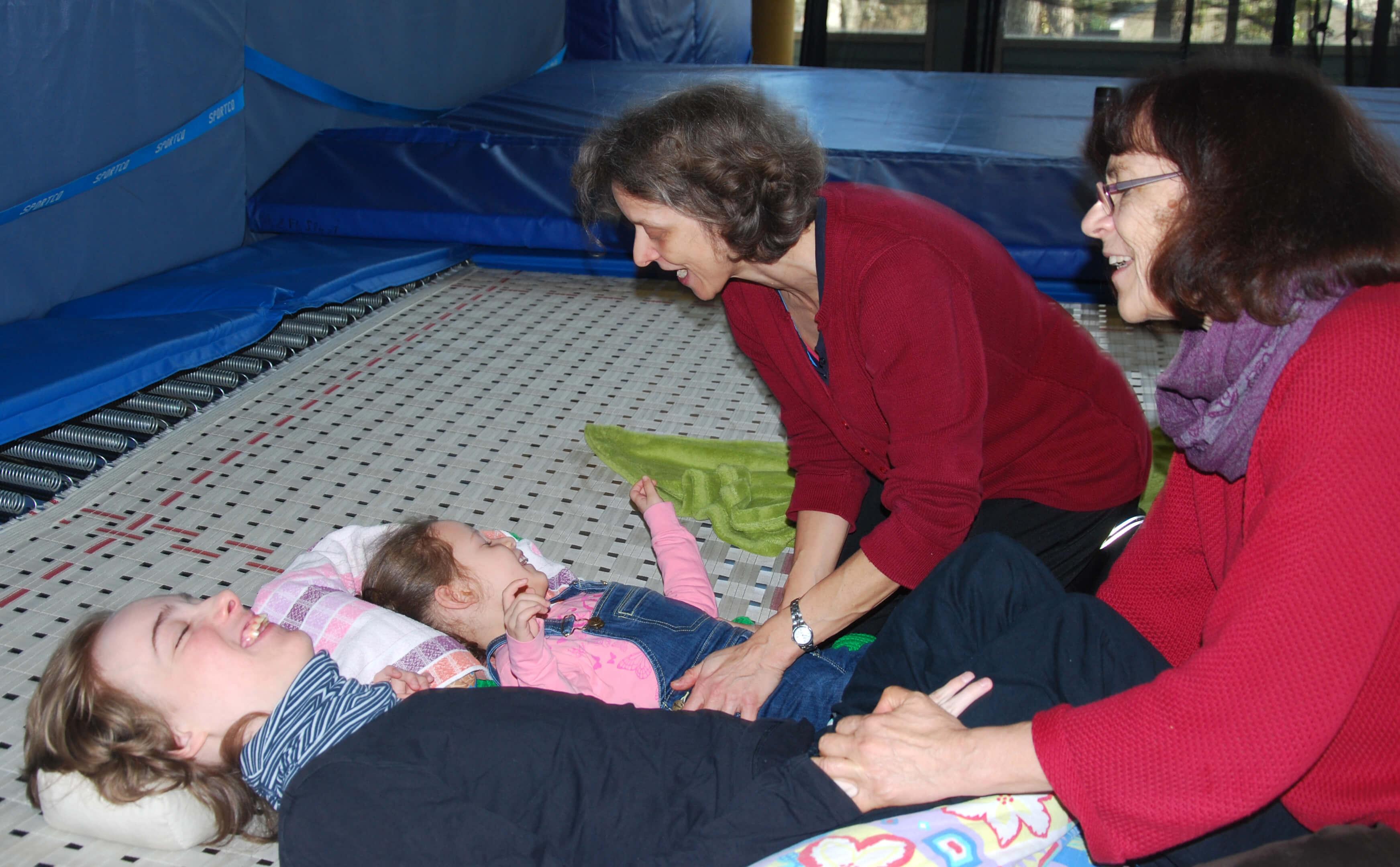 Kinder mit Betreuern in der Turnhalle