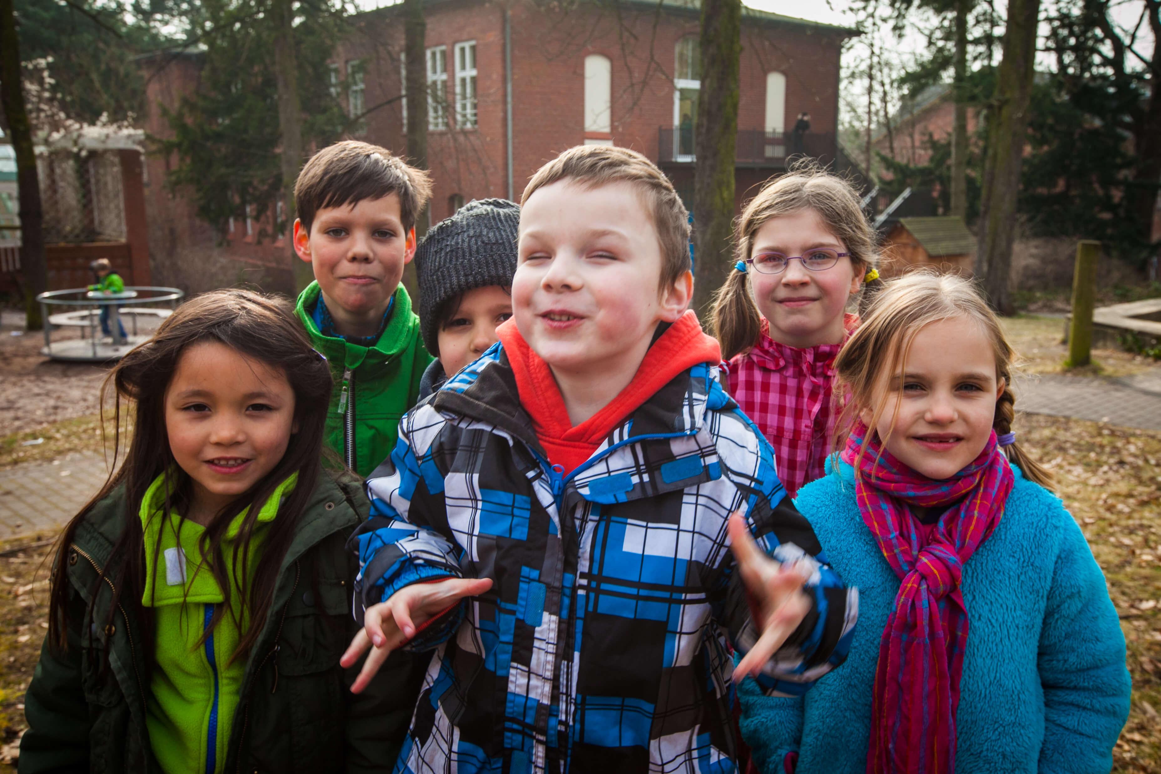 Gruppe von Kindern auf dem Schulhof der Zeune-Schule