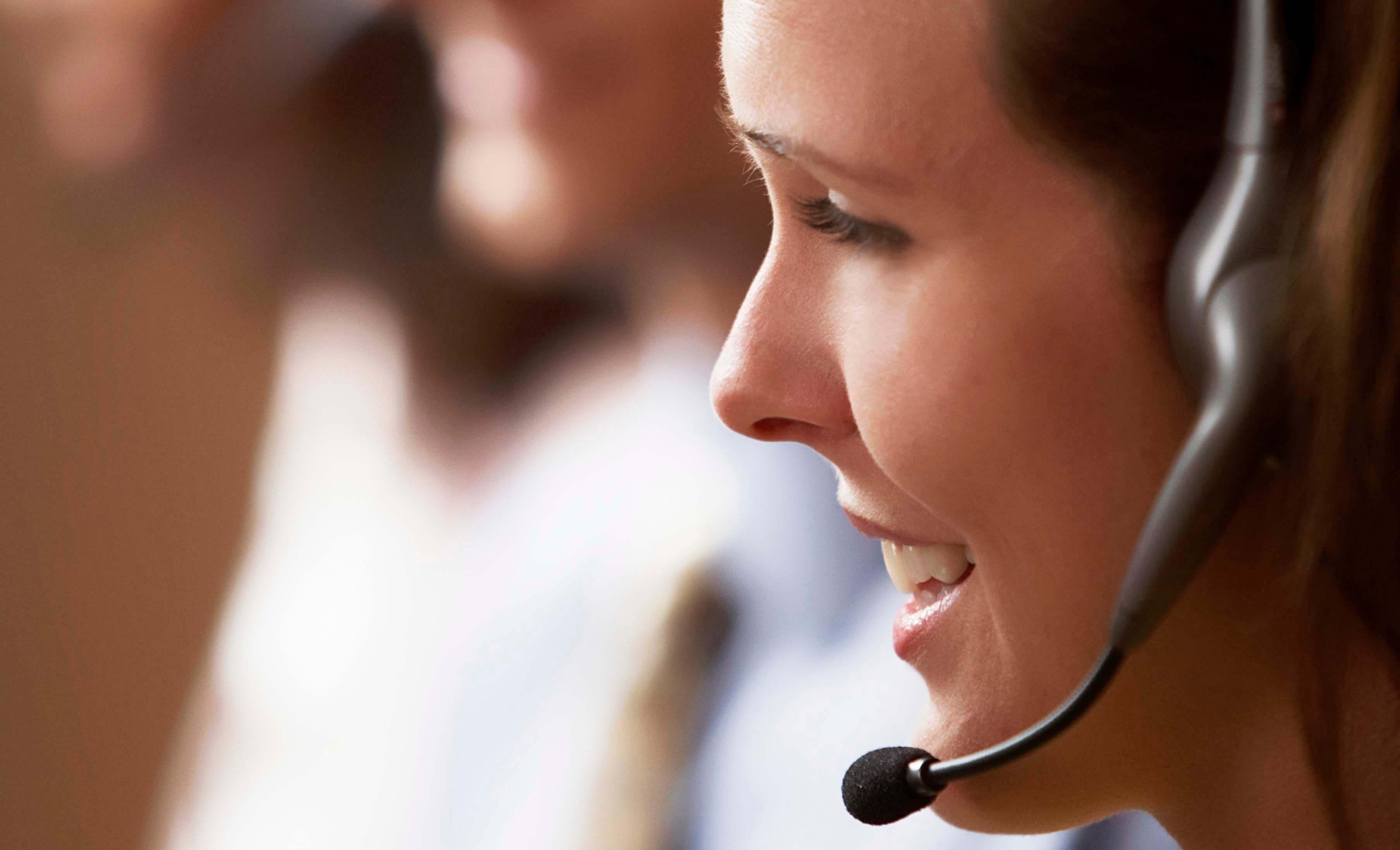 Junge blinde Frau arbeitet im Callcenter
