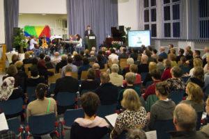 Eröffnungsfeier der Berliner Blindenbibliothek Foto vom Puplikum mit der Bühne im Hintergrund