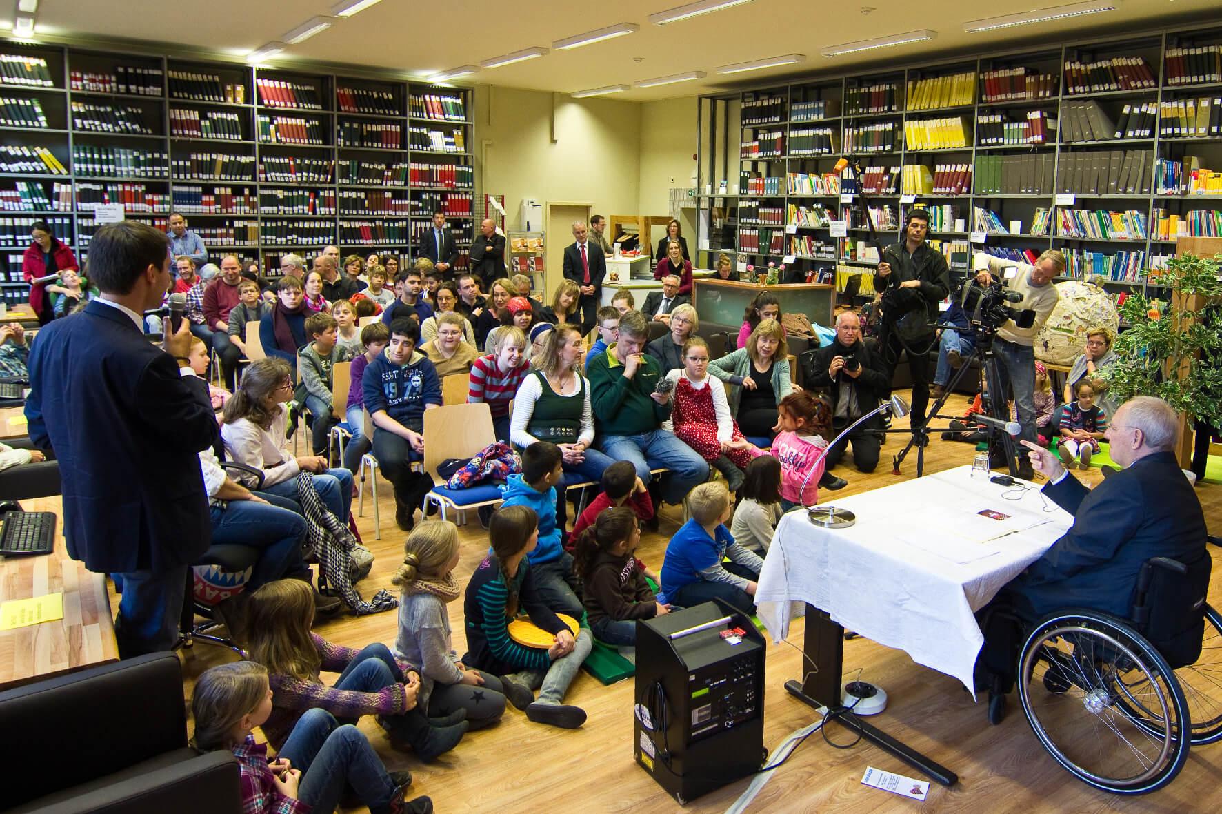 BM Dr. Wolfgang Schäuble liest in der Johann-August-Zeune-Schule