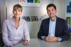 Juliane Krüger und Thomas Schumacher sitzen am Konferenztisch