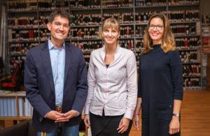 Herr Schumacher, Frau Krüger und Frau Kaspar stehen nebeneinander in der Schulbücherei.
