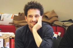 Tatort-Schauspieler Oliver Mommsen ist fröhlich bei der Vorlesung