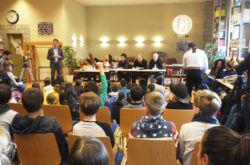 Schauspieler lesen in der Zeune-Schule eine Kindergeschichte vor