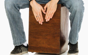 Hände trommeln auf Holzinstrument
