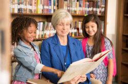 Frau liest Kindern vor