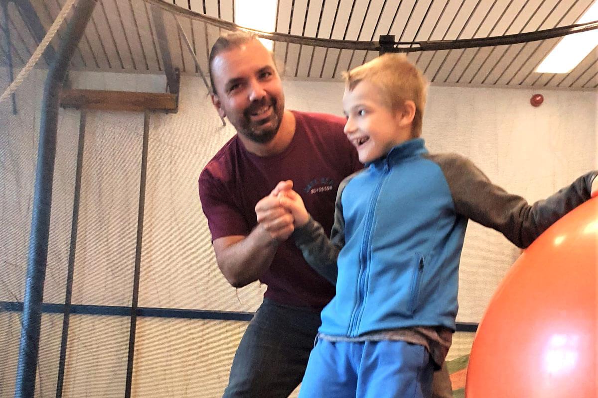 Junge hüpft im Trampolin