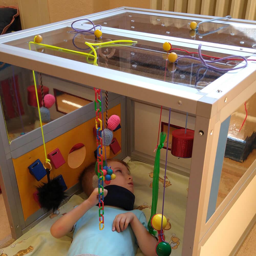 Kind spielt im Little Room