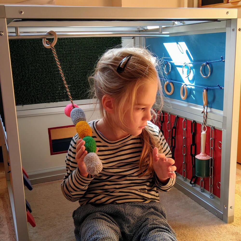 Mädchen spielt im Little Room