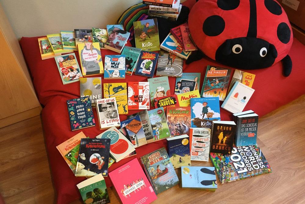 viele Kinderbücher auf einen Haufen